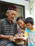 Chadri sedang membagi 'ilmu' kepada anak-anak kampung